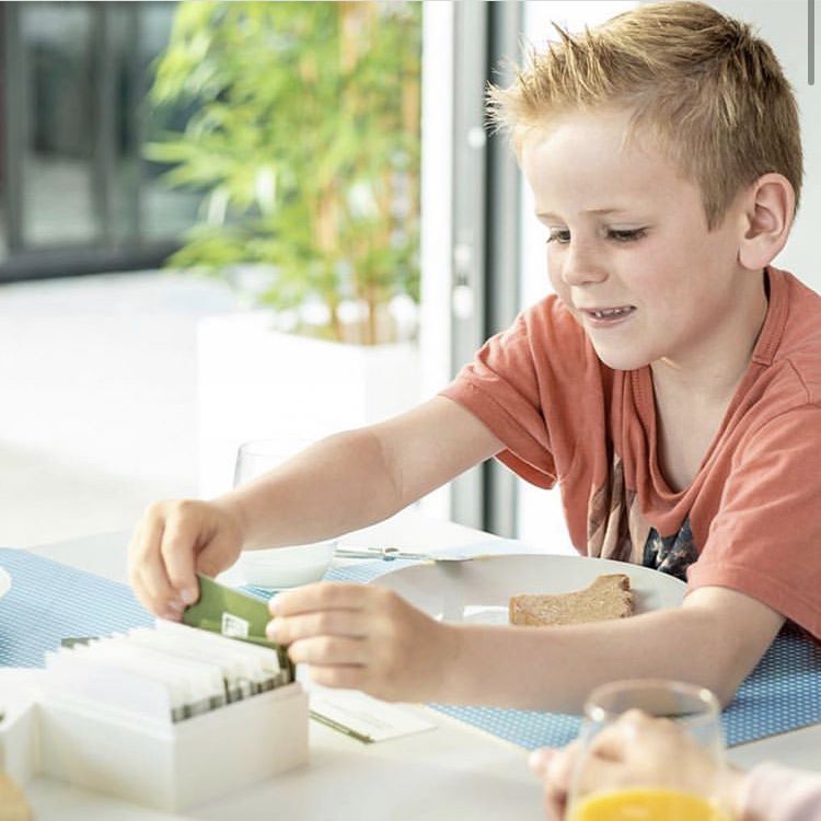 Kind mit Fuelbox beim Frühstück